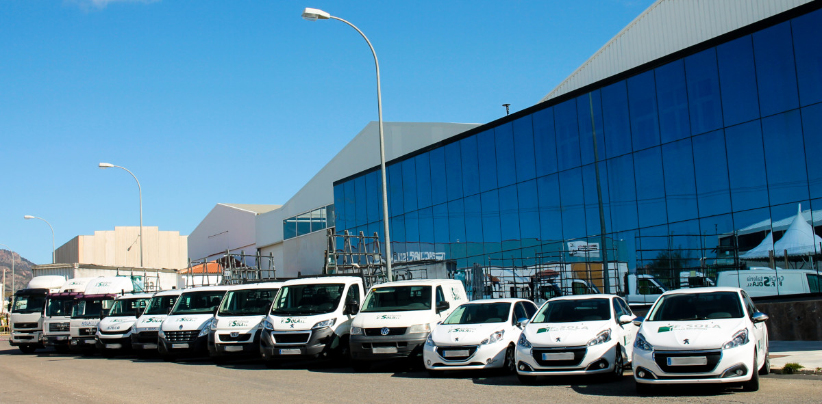 Imagen de la empresa con su flota de vehículos expuestos en fila